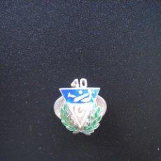 Coleccionismo deportivo: INSIGNIA DEL 40 ANIVERSARIO DEL CLUB VASCONIA, ES DE OJAL, PLATA Y ESMALTADA,PELOTA VASCA.. Lote 47319359