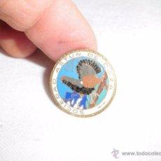 Coleccionismo deportivo: PIN DE SOLAPA SOCIEDAD ASTUR DE CAZA, UROGALLO , HACIA 1950-55.. Lote 48517427