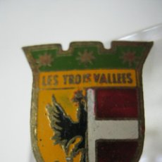 Coleccionismo deportivo: ANTIGUO PIN INSIGNIA ALFILER - SKI - LES TROIS VALLÉES. Lote 51087197