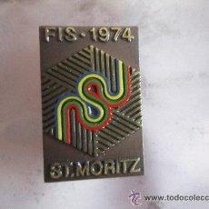 Coleccionismo deportivo: ANTIGUO PIN/INSIGNIA DEPORTES. MUNDIAL ESQUI ALPINO ST. MORITZ 1974, SUIZA. PIEZA DE COLECCIÓN. RARO. Lote 51796758