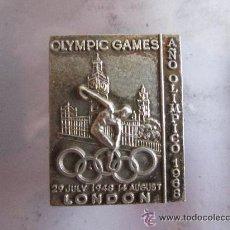 Coleccionismo deportivo: ANTIGUO PIN/INSIGNIA DEPORTES. COMEMORATIVO JUEGOS OLIMPICOS LONDRES 1946. AÑO OLIMPICO 1968 MEXICO. Lote 149973844