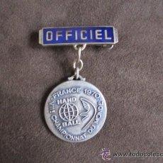 Coleccionismo deportivo: INSIGNIA OFICIAL DEL CAMPEONATO DEL MUNDO DE BALONMANO, FRANCIA 1960. Lote 51797385