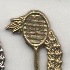 Coleccionismo deportivo: PIN DE DEPORTES- RAQUETA DE TENIS DORADA. Lote 53454692