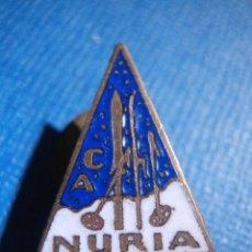 Coleccionismo deportivo: ANTIGUA INSIGNIA - PARA OJAL EN SOLAPA - NURIA - GERONA - PIN - MONTAÑA - SKI - ALPINISMO - AÑOS 50. Lote 56546013