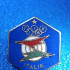 Coleccionismo deportivo: INSIGNIA ESMALTADA SUJECCIÓN IMPERDIBLE - ITALIA - F. T. V. I. A - JUEGOS OLÍMPICOS - LA LOS ANGELES. Lote 57140106