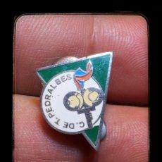 Coleccionismo deportivo: ANTIGUO PIN INSIGNIA DE OJAL CLUB DE TENIS PEDRALBES. Lote 97233476