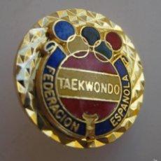 Coleccionismo deportivo: INSIGNIA PIN FEDERACION ESPAÑOLA TAEKWONDO SELECCION OLIMPICA AÑOS 80. Lote 57555185
