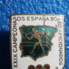 Coleccionismo deportivo: ANTIGUA INSIGNIA ESMALTADA PARA OJAL - XXIX CAMPEONATOS DE ESPAÑA DE BOXEO AFICIONADOS - MADRID 1957. Lote 113501588