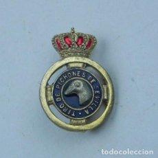 Coleccionismo deportivo: ANTIGUA INSIGNIA ESMALTADA DE OJAL,TIRO DE PICHONES DE SEVILLA, CAZA, MIDE 2,2 CMS.. Lote 71237731