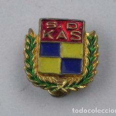 Coleccionismo deportivo: INSIGNIA ESMALTADA DE OJAL DEL EQUIPO DE BALONCESTO S.D. KAS, MIDE 1,5 CMS.. Lote 71435303