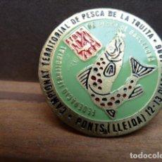 Coleccionismo deportivo: INSIGNIA CAMPEONAT TERRITORIAL DE PESCA DE LA TRUITA -PONTS LLEIDA 1986. Lote 80895259