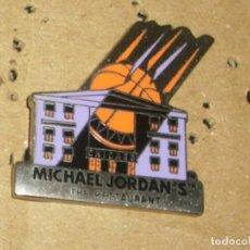 Coleccionismo deportivo: -PIN BALONCESTO BASKET RESTAURAN MICHAEL JORDAN´S CHICAGO RESTAURANTE MICHAEL JORDAN. Lote 83768356