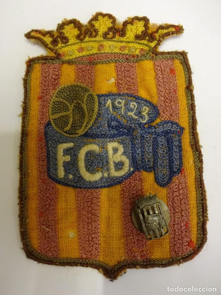 FCB. FEDERACIÓ CATALANA DE BALONCESTO. INSIGNIA Y PARCHE DE TELA ORIGINALES. AÑO 1923 Y 1953 (Coleccionismo Deportivo - Pins otros Deportes)
