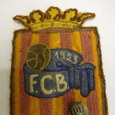 Coleccionismo deportivo: FCB. FEDERACIÓ CATALANA DE BALONCESTO. INSIGNIA Y PARCHE DE TELA ORIGINALES. AÑO 1923 Y 1953. Lote 84083224