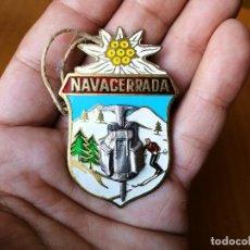 Coleccionismo deportivo: PLACA BROCHE NAVACERRADA (MADRID)-NIEVE Y MONTAÑA, PIN ORIGINAL EN METAL ESMALTADO DE LOS AÑOS 40. Lote 86513460