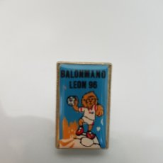 Coleccionismo deportivo: PIN BALONMANO LEÓN 96'. Lote 91149912