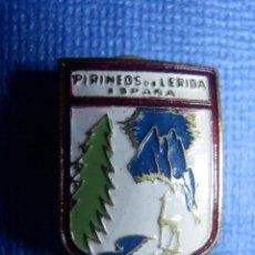 Coleccionismo deportivo: ANTIGUA INSIGNIA - PARA OJAL DE CHAQUETA - PIRINEOS DE LÉRIDA - SKY - MONTAÑA - SKI - ALPINISMO. Lote 91592440