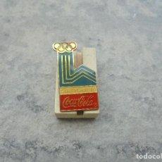 Coleccionismo deportivo: PIN DE COCACOLA ES EL CARTEL OLIMPICO DE LAKE PLACID DE 1980 DE LOS AÑOS 90 PIN OFICIAL. Lote 93957315
