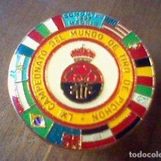 Coleccionismo deportivo: INSIGNIA BROCHE PIN LXI CAMPEONATO MUNDO TIRO PICHON SOMONTES MADRID 1997 . Lote 95031883