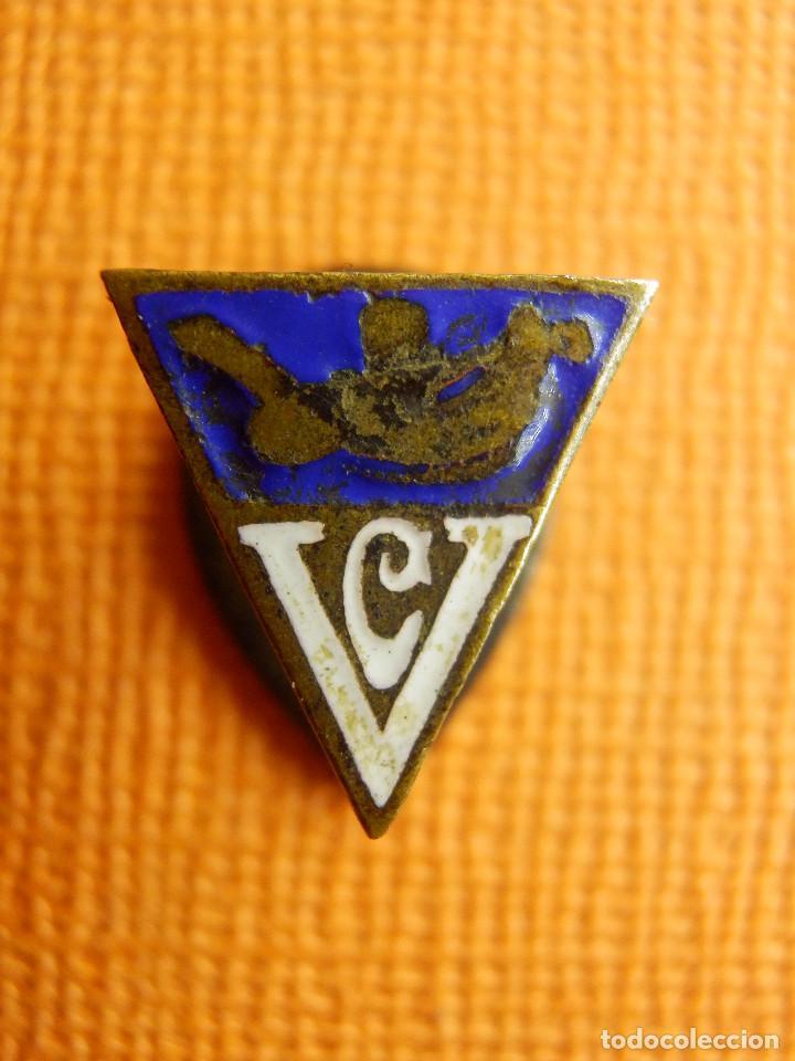 Coleccionismo deportivo: ANTIGUA INSIGNIA PARA OJAL EN SOLAPA - C.V. - CV - Club Vasconia de Cesta Punta - Barcelona - - Foto 2 - 100650051