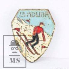 Coleccionismo deportivo: ANTIGUA INSIGNIA DE AGUJA - LA MOLINA, ESQUI - MEDIDAS 2 X 2,5 CM. Lote 179246917
