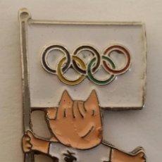 Coleccionismo deportivo: PIN CON MASCOTA COBI DE LAS OLIMPÍADAS DE BARCELONA 92 CON LOS ANILLOS OLÍMPICOS. Lote 102703770