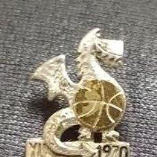 Coleccionismo deportivo: ANTIGUA INSIGNIA AGUJA COPA MUNDO BALONCESTO YUGOSLAVIA 1970 . MASCOTA .. Lote 105925355