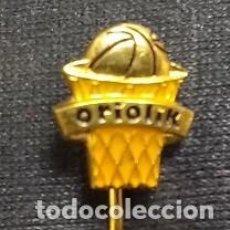 Coleccionismo deportivo: ANTIGUA INSIGNIA BALONCESTO CLUB ORIOLIK . CROACIA .. Lote 105925791