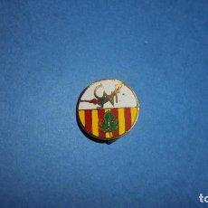 Coleccionismo deportivo: NATACION / C.N.F. - CLUB NATACION FIGUERES - ANTIGUA INSIGNIA DE AGUJA 1,8 CM. . Lote 106158235