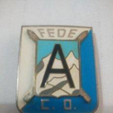 Coleccionismo deportivo: ANTIGUO PIN DE FEDERACION ESPAÑOLA DE ESQUI, FEDE C.O. CON 2 AGUJAS. Lote 109920319