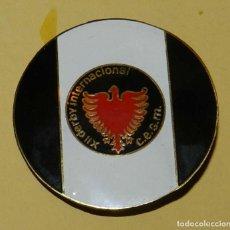 Coleccionismo deportivo: ANTIGUA INSIGNIA DEL CLUB DE ESQUI SUPER MOLINA, XII DERBY INTERNACIONAL, MIDE 4,2 CMS. DE DIAMETRO,. Lote 113661043