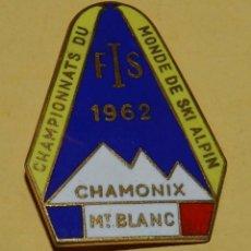 Coleccionismo deportivo: ANTIGUA INSIGNIA ESMALTADA DE EL CAMPEONATO DE ESQUI ALPINO EN CHAMONIX, MONT BLANC EN 1962, MIDE 4. Lote 113705775