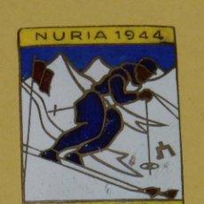 Coleccionismo deportivo: ANTIGUA INSIGNIA ESMALTADA DE ESQUI CAMPEONATOS DE ESPAÑA, NURIA 1944, MIDE 3,5 X 2,5 CMS. VER LAS F. Lote 113750663