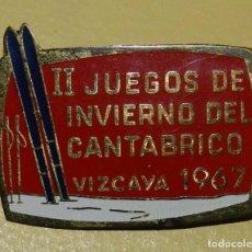 Coleccionismo deportivo: ANTIGUA INSIGNIA ESMALTADA II JUEGOS DEL CANTÁBRICO DE INVIERNO, 1967 EN METAL, MID. Lote 113751775