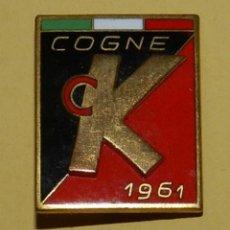 Coleccionismo deportivo: ANTIGUA INSIGNIA ESMALTADA DE SKI, ESQUI COGNE 1961, ITALIA, MIDE 2,5 X 2 CMS.. Lote 113759051