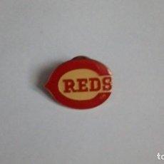 Coleccionismo deportivo: PIN ESCUDO EQUIPO BEISBOL USA BOSTON RED SOX. Lote 115608679
