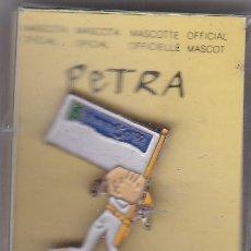 Coleccionismo deportivo: PIN DE PETRA BANDERA VOLUNTARIOS - PARALIMPICOS DE BARCELONA 92 EN SU ESTUCHE ORIGINAL (NUEVO) . Lote 115785751