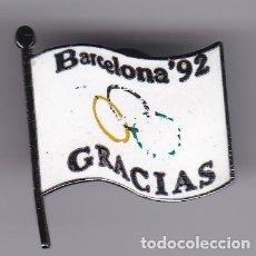 Coleccionismo deportivo: BANDERA OLIMPICA - PIN DE LAS OLIMPIADAS DE BARCELONA 92 - AROS OLIMPICOS. Lote 115902923
