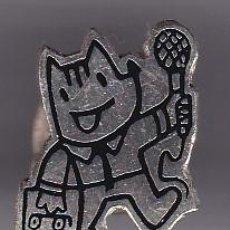 Coleccionismo deportivo: PERIODISTA CON MICROFONO - PIN PLATEADO DE COBI DE LAS OLIMPIADAS DE BARCELONA 92. Lote 115917547