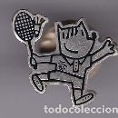Coleccionismo deportivo: BADMINTON - PIN PLATEADO DE COBI DE LAS OLIMPIADAS DE BARCELONA 92 - (RARO, PELOTA EN LA RAQUETA). Lote 115919899