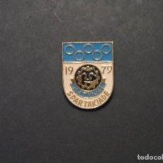 Coleccionismo deportivo: INSIGNIA DE SOLAPA LETONIA SPARTAKIADE 1979 . URSS. VERANO AÑO 1979 . Lote 126906195