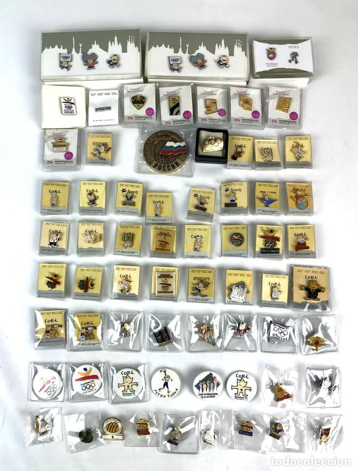 LOTE DE 70 PINS Y UNA MEDALLA CONMEMORATIVA. OLIMPIADAS BARCELONA 1992. (Coleccionismo Deportivo - Pins otros Deportes)