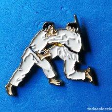 Coleccionismo deportivo: PIN DE ARTES MARCIALES- LLAVES DE JUDO. . Lote 134115502