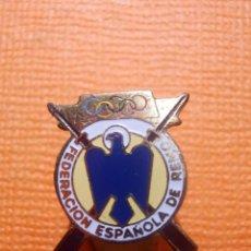 Coleccionismo deportivo: INSIGNIA - PARA OJAL DE SOLAPA - OLÍMPICA - OLIMPIADAS - FEDERACIÓN ESPAÑOLA DE REMO - EPOCA FRANCO. Lote 143964414
