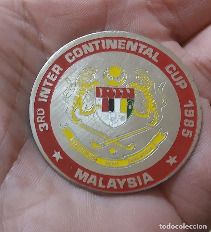 PLACA ESCUDO INTER CONTINENTAL CUP HOCKEY MALAYSIA 1985 (Coleccionismo Deportivo - Pins otros Deportes)
