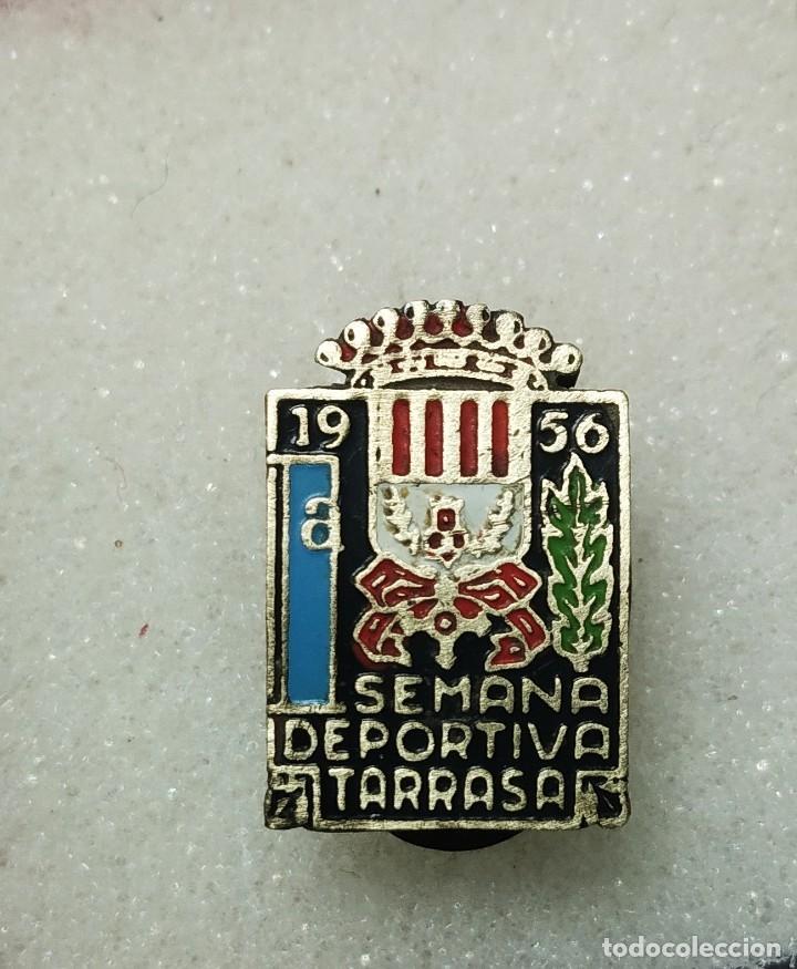 ANTIGUA INSIGNIA PIN OJAL 1A SETMANA DEPORTIVA TARRASA 1956 (Coleccionismo Deportivo - Pins otros Deportes)