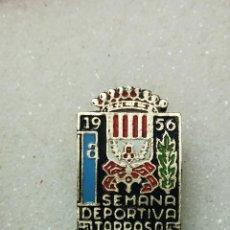 Coleccionismo deportivo: ANTIGUA INSIGNIA PIN OJAL 1A SETMANA DEPORTIVA TARRASA 1956. Lote 144281758