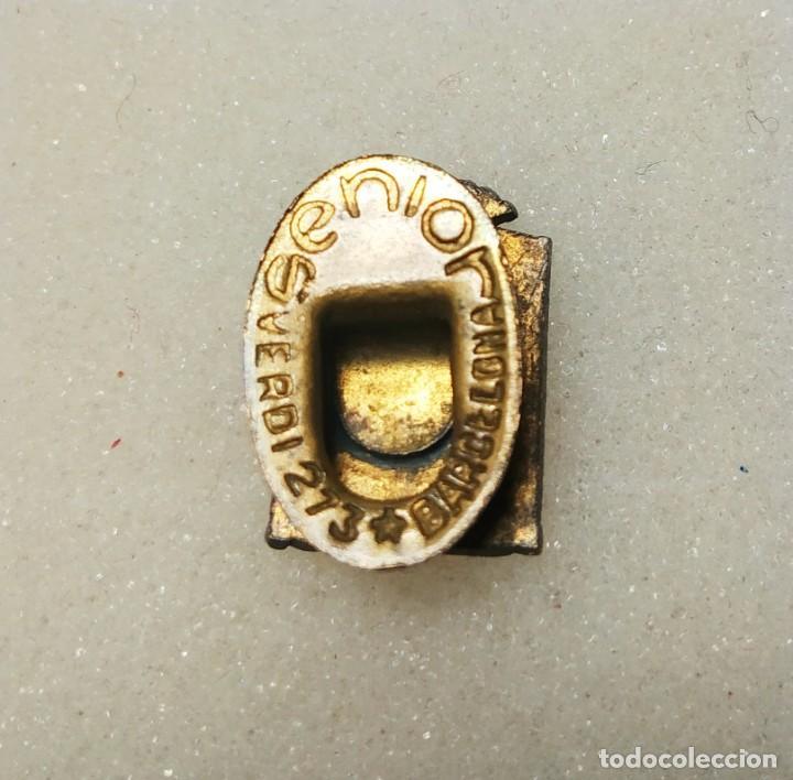 Coleccionismo deportivo: Antigua insignia pin ojal 1a setmana deportiva Tarrasa 1956 - Foto 2 - 144281758