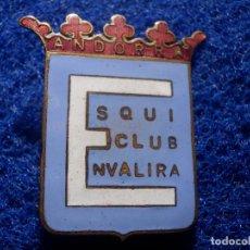 Coleccionismo deportivo: INSIGNIA ESMALTADA SKI Y MONTAÑA - ESQUI CLUB ENVALIRA - ANDORRA - GRAN TAMAÑO - 30 X 35 MM. Lote 147792906
