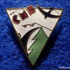 Coleccionismo deportivo: INSIGNIA IMPERDIBLE - CMB - C.M.B - CLUB MONTAÑES BARCELONES - 30 X 32 MM - MONTAÑA. Lote 147793530
